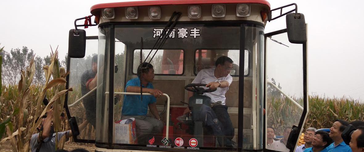 李克强河南行:登上玉米收割机与农机手亲切交谈