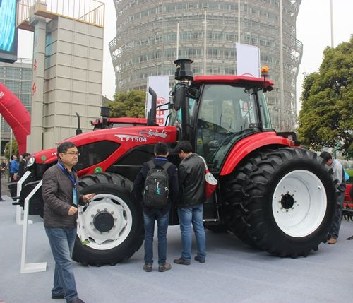 东方红LF2204动力换挡拖拉机将出征国际一流展会