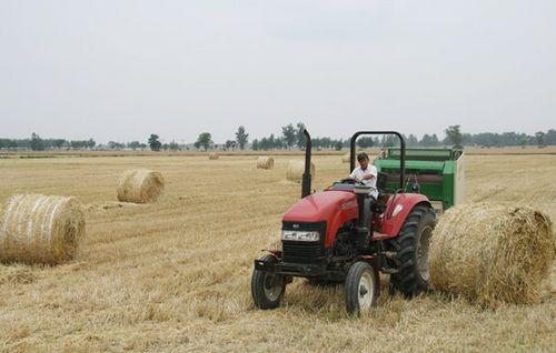 农民创收好农机  小麦秸秆打捆机作业演示