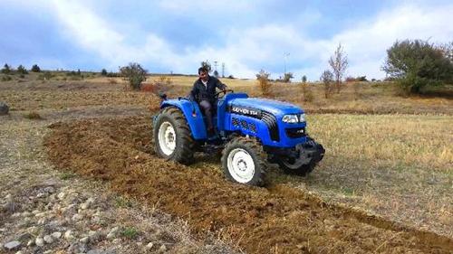 雷沃欧豹拖拉机承包春耕的田间地头